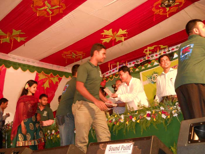 The student receive crest from Mr.Aung shu Shine
