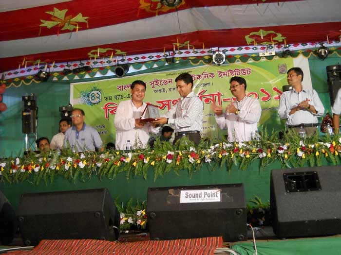 Principal handover Crest to Aung shu shine at the Stage of Rag 2011
